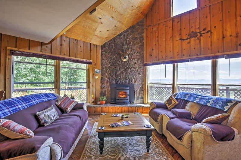 Gore Pass Kremmling Cabin w/ Hot Tub + Mtn Views!, holiday rental in Kremmling