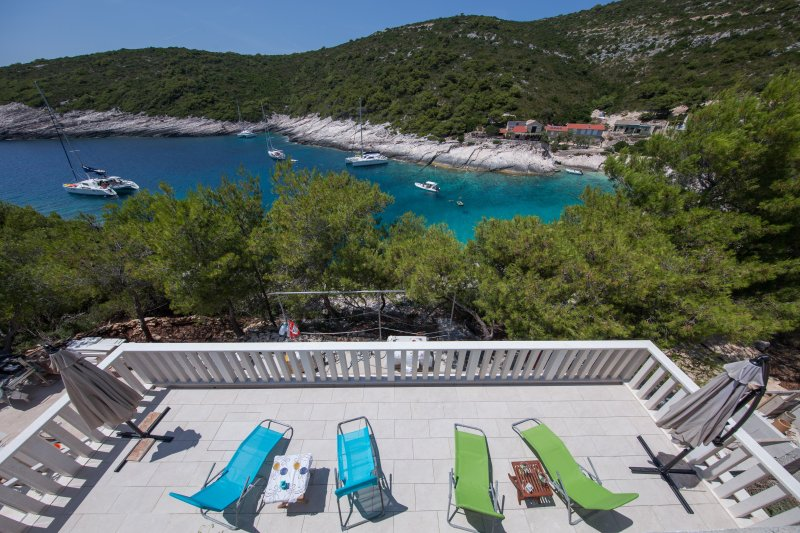 Seafront romantic vacation - MOLO TROVNA N, vacation rental in Vis