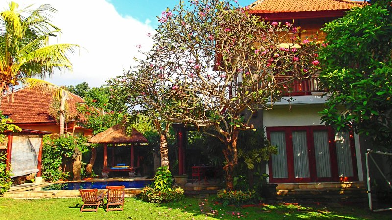 Cozy 2 storey Villa Pool, fibre optic internet, tropical garden, AC, kitchen, location de vacances à Sanur