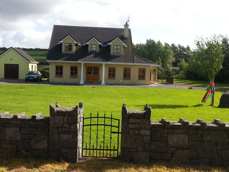 Beautiful large detached house near Westport,excellent value, lovely reviews – semesterbostad i County Mayo