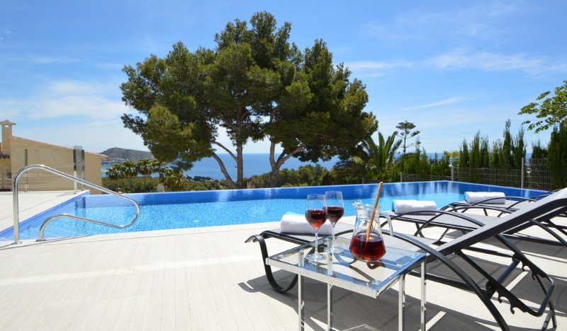 What else..? Sunbeds, infinity pool, sea view and sangria! An amazing setting for great holiday.