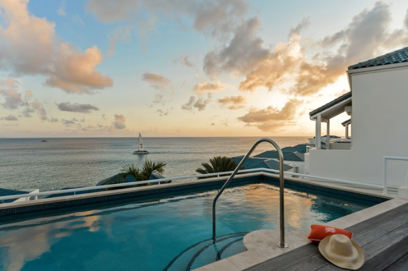 LUNA at SHORE POINT... Secure, luxurious, and just steps from Cupecoy Beach, location de vacances à Cupecoy Bay