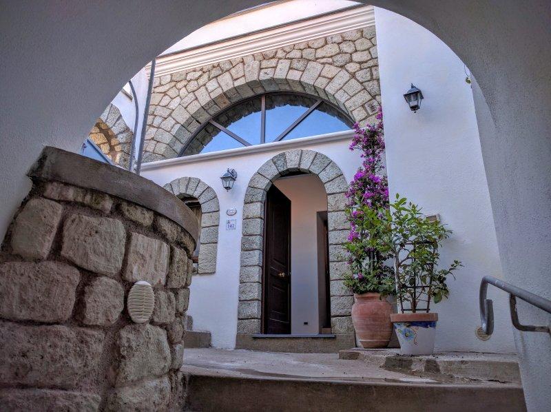 Bilocale 5 posti letto appena ristrutturato in antico Borgo, holiday rental in Serrara Fontana