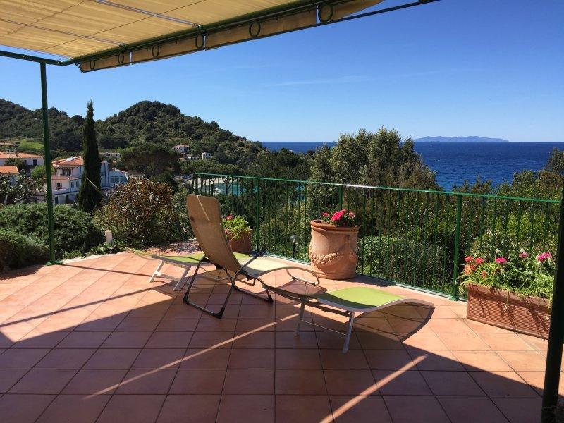 Villa vista mare 180° con ampia terrazza e parco, holiday rental in Marciana