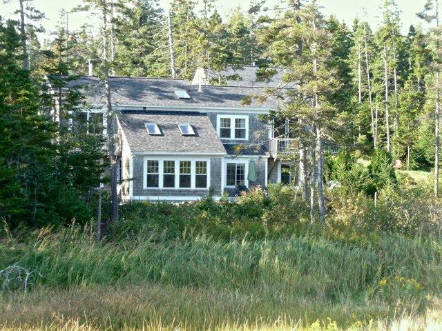 Cove House retro della casa guardando dal mare verso la casa