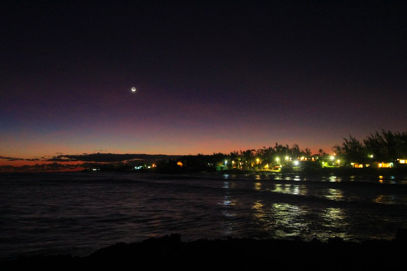 The bay at Seascape Beachhouse at night