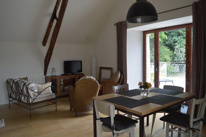 Grand ouvert sur la campagne, l'espace repas et salon allie modernité et authenticité