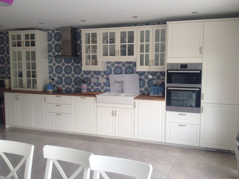 Fully equipped kitchen - dishwasher, microwave, oven hob - utility with wash/ dryer