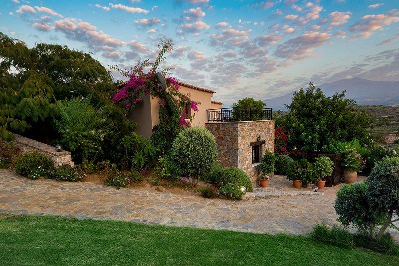 private Villa with hotel service,village+beach+mountain+quiet PURE CRETE, vacation rental in Rethymnon