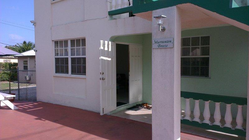 La entrada al apartamento de planta baja
