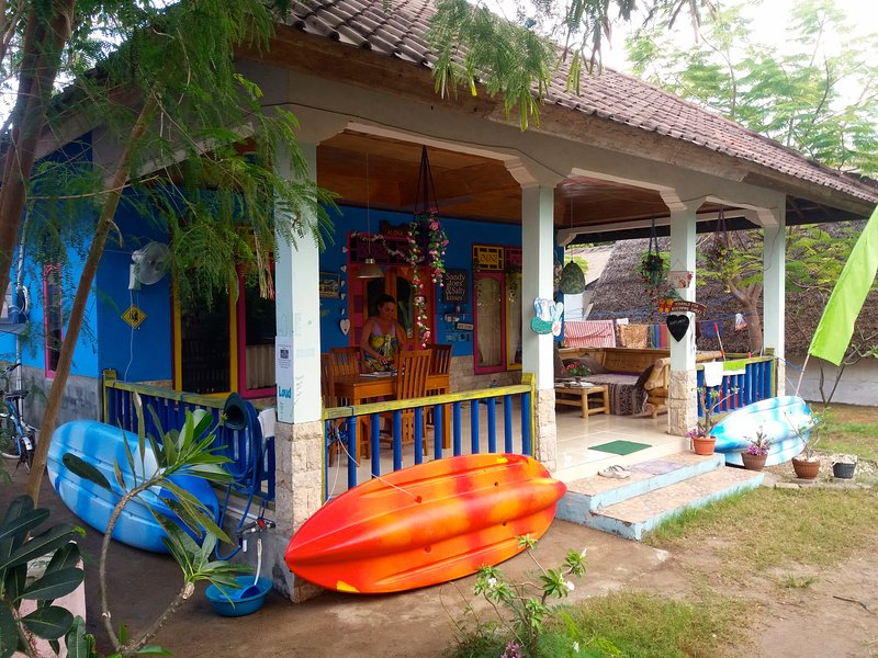 ROOM 4 RENT N 4 Shared House - AC FAN WIFI KITCHEN, holiday rental in Gili Air