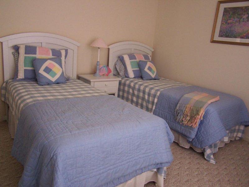 camas individuais terceiro Dois Quarto-; Dresser e NS, armário grande, 2 grandes janelas.