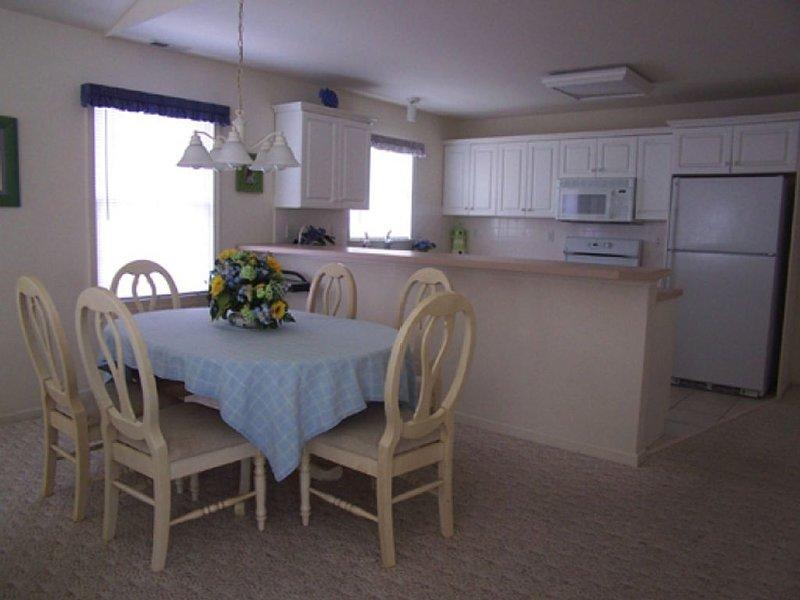 Área de jantar & cozinha completa com balcões & Bar. cozinha totalmente equipada. 2 janelas