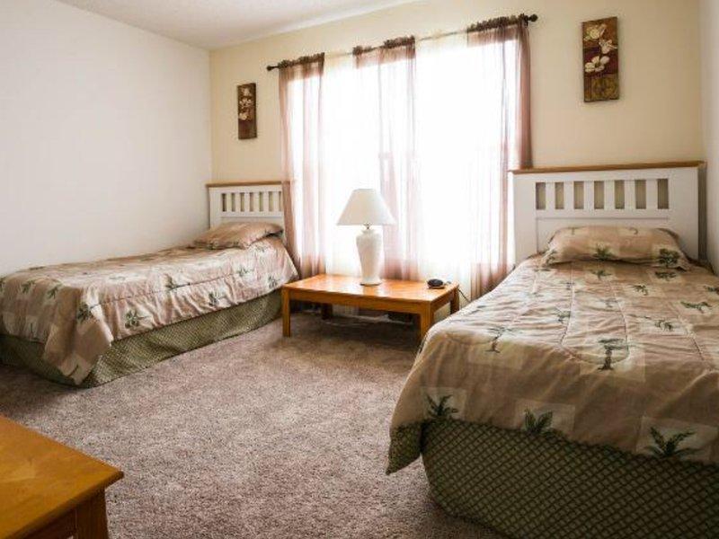 Gran dormitorio doble con vestidor con vistas a la piscina y el lago