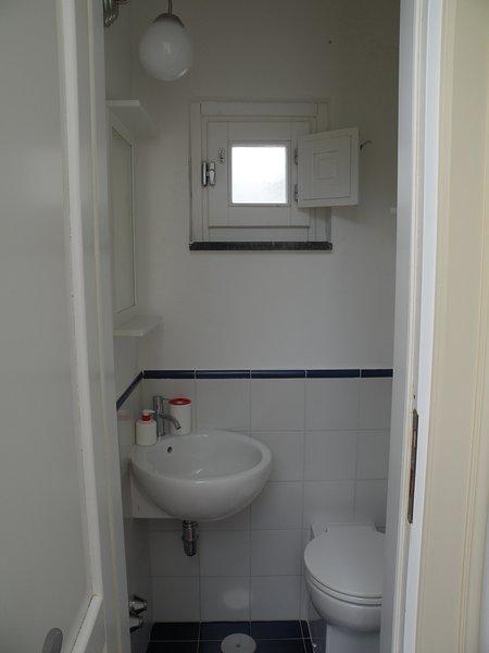 Δεύτερο μπάνιο αποτελείται από νιπτήρα και νερό
