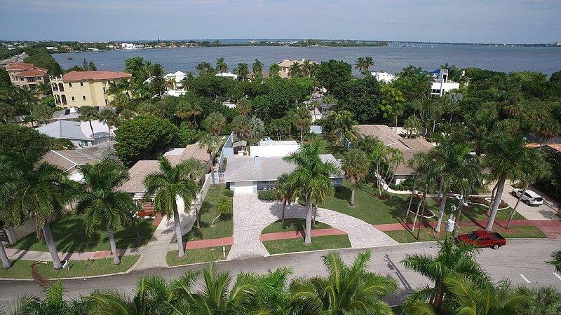 3 Bedroom 3 Bath, Heated Pool, St. Armands Circle, holiday rental in Sarasota