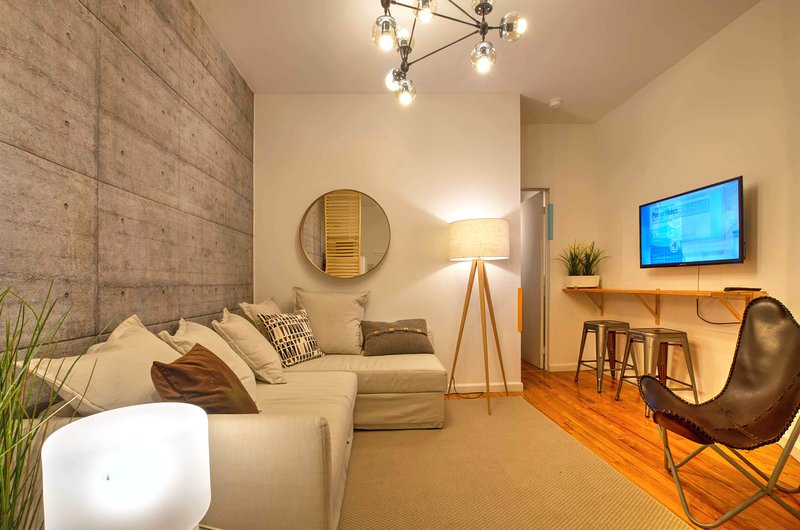 Industrial Chic Designer Times Square Apartment, vakantiewoning in New York