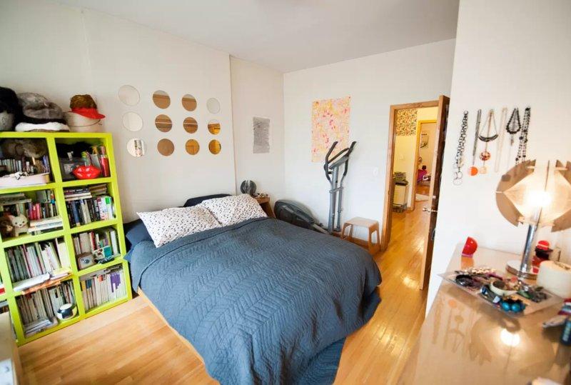 acogedor dormitorio con cama de matrimonio muy cómoda.