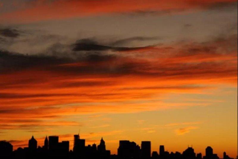 Vista del horizonte de Manhattan en la puesta del sol desde la ventana de la cocina.