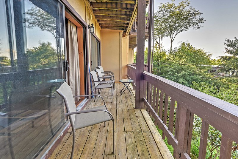 Admire mountain views from this Beech Mountain condo's private balcony.