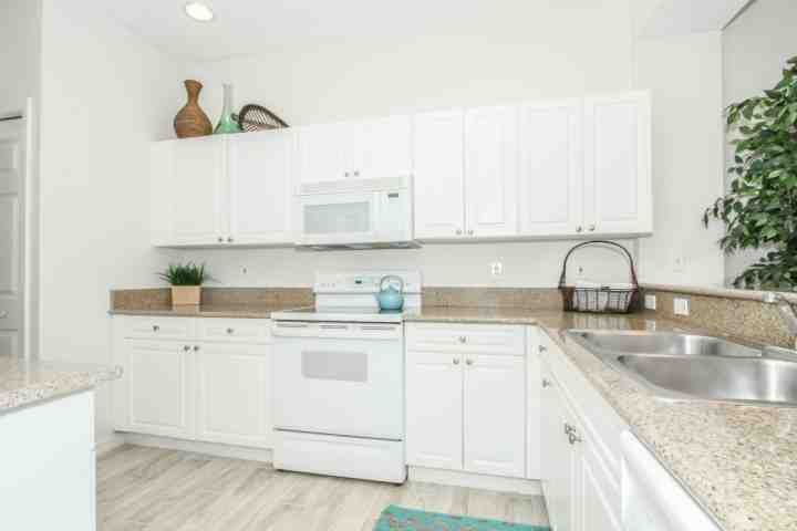 Spacious kitchen w/ample counter and cabinet/storage areas