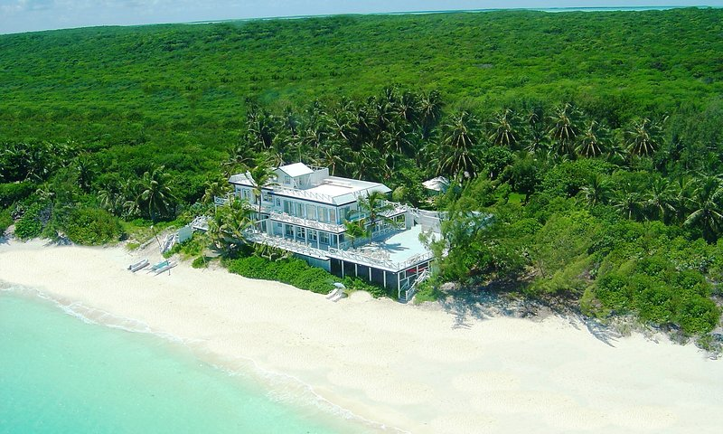 QUARANTlNE ON AN UNINHABITED ISLAND - PRIVATE BEACH 7BR/9BA - POPULATION 2,000, holiday rental in Great Exuma