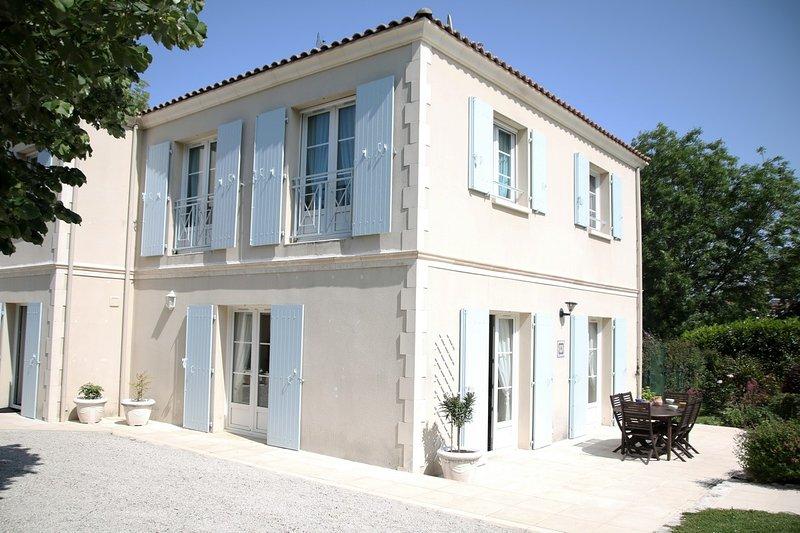 Grande et lumineuse Villa 4 étoiles,  jardin et piscine au coeur de la ville, holiday rental in Vergeroux