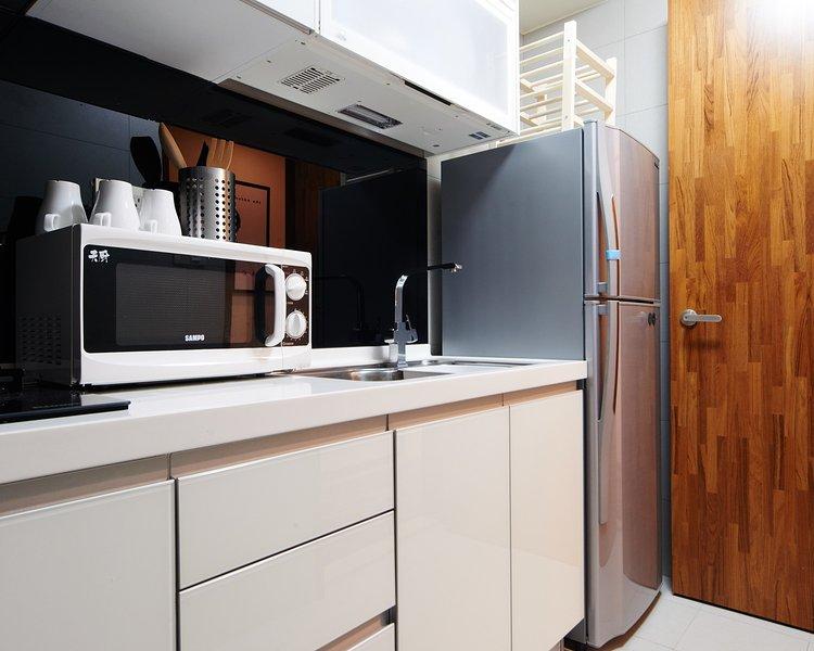 Cucina con attrezzature base per cucinare 廚房 配 有 基本 烹飪 設備