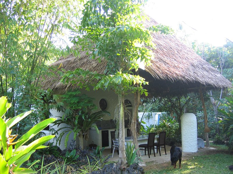 Kims-Garden family bungalow, holiday rental in Anda