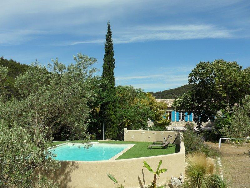 Surplombant la bastide, l'espace de loisirs, avec piscine, badminton, tennis de table et balançoires