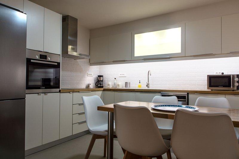 cozinha espaçosa e moderna com todas as comodidades necessárias ....
