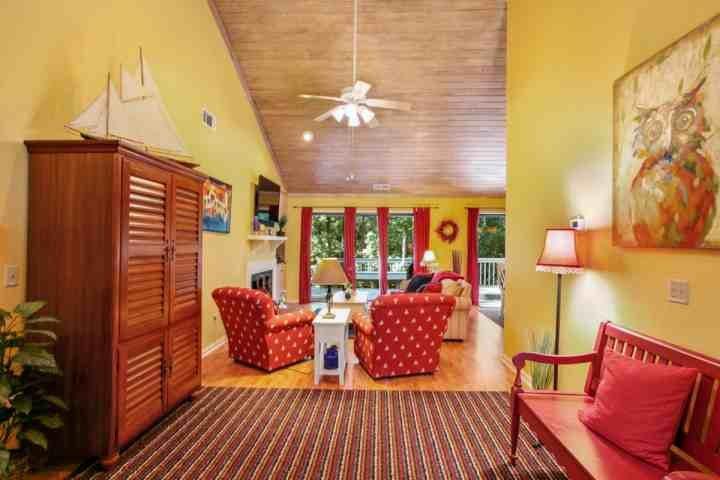 Foyer öffnet sich Familienzimmer mit bequemen Sitz