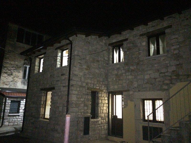 Casa su due livelli in pietra situata nel centro, vacation rental in Colle Sannita