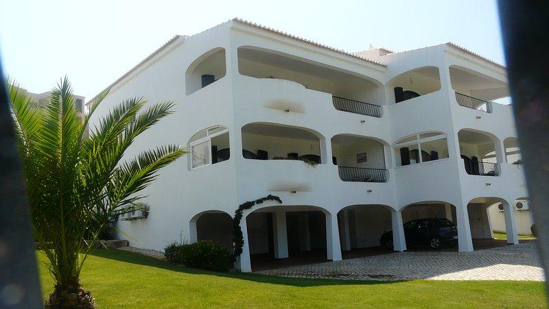 L'appartement est situé dans un bloc détaché de 4 avec pelouses à l'avant et à l'arrière.