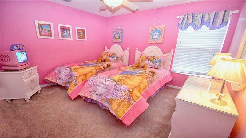 Principessa camera a tema con materassi pillow top, ventilatore a soffitto, TV principessa
