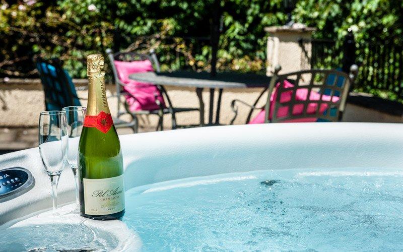 Bellotas poseen jacuzzi privado en la terraza privada. Botella no incluida.