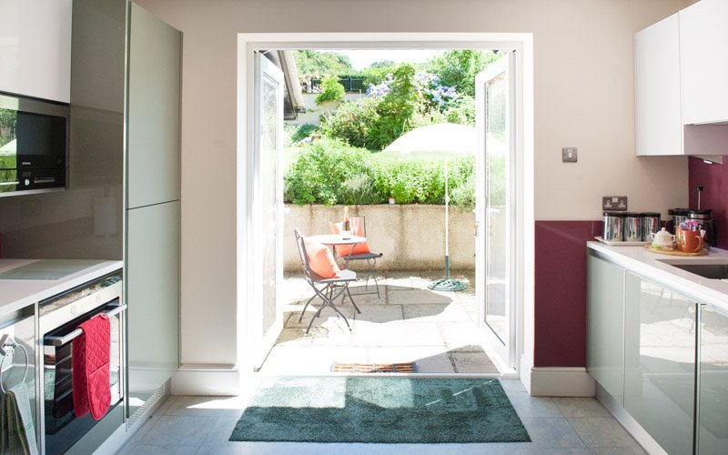 Bellotas con dobles puertas francesas se abren desde la cocina a otro patio privado.