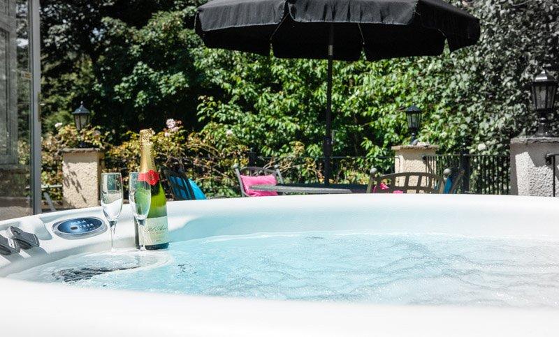 Bellota terraza privada con jacuzzi propio con vistas al claro de los árboles. Botella no incluida.