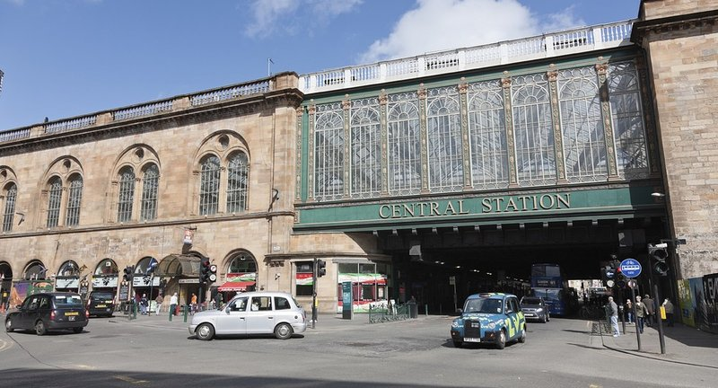 Glasgow Central Station - Across from the apartment building only 2 mins by walk away!