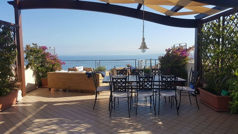Pizzo, Penthouse 2 bedroom 5 beds, Sea view, pool., Ferienwohnung in Pizzo