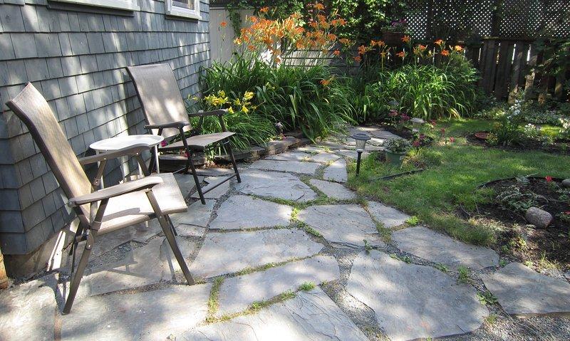 patio de losas en el jardín trasero