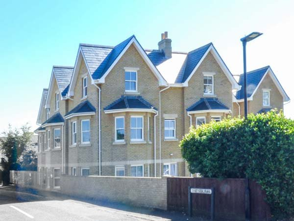 FLAT 8 HAZELHURST, all second floor, shared lawn with furniture, WiFi, nr, vacation rental in Freshwater