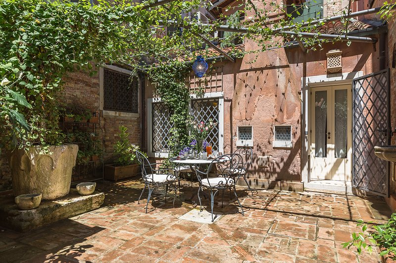 the private courtyard of the Tintoretto apartment is lovely and truly Venetian