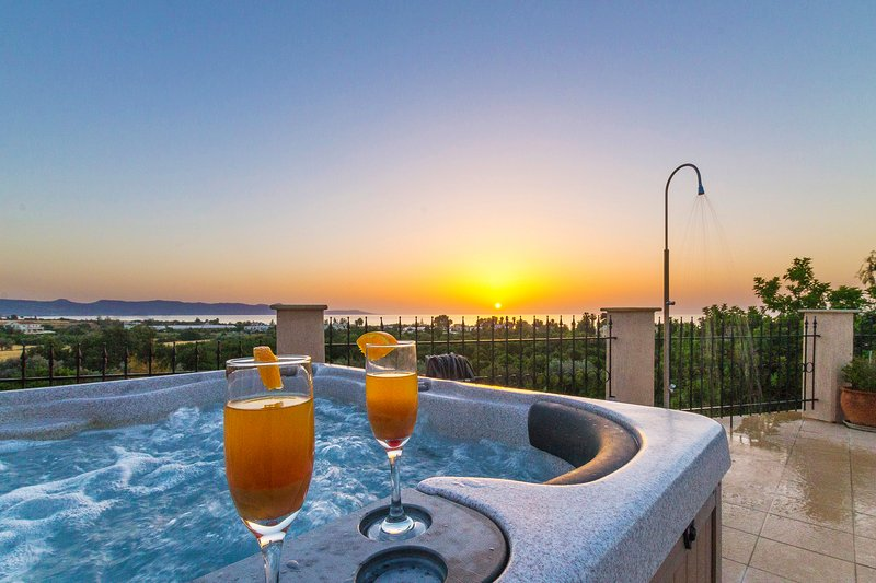 Villa Leni- Private Villa with Amazing Views, Heated Pool and Hot Tub in Argaka, holiday rental in Argaka