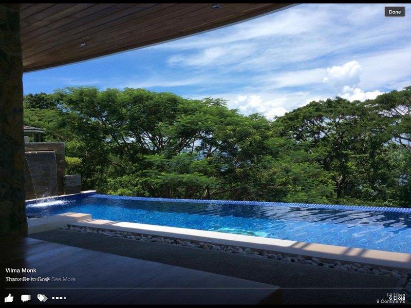 Infinity piscina con una fuente amigable niños viene con un jacuzzi