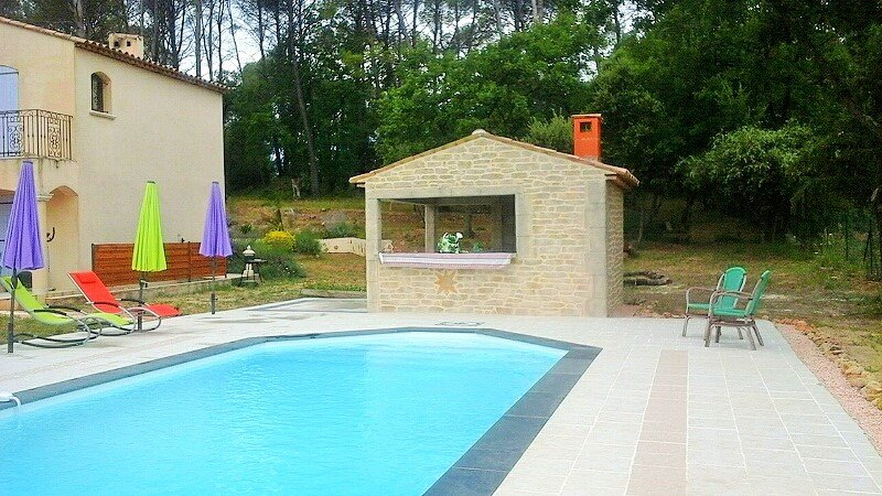 casa de la piscina recientemente renovado