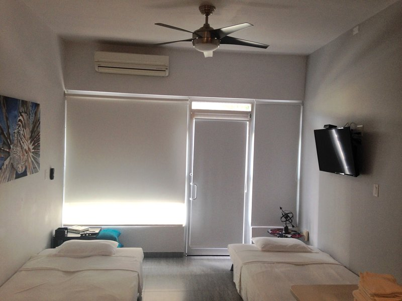 Dois sofás-cama aberto para a noite de sono, cada um é uma cama tamanho completo. TV, A / C e ventilador