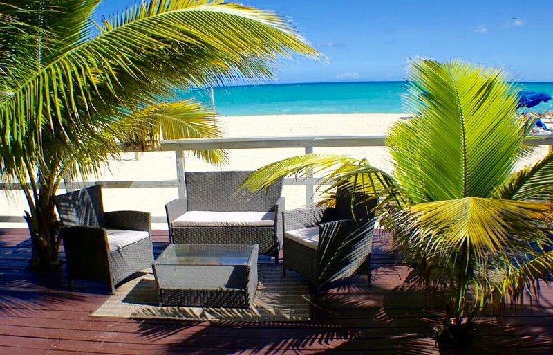Elke suite heeft een eigen zithoek in de voorkant van het met een volledig uitzicht op de zee