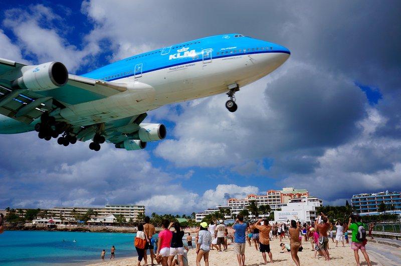Kijken naar vliegtuigen land heeft een mijlpaal van St. Maarten te worden. Je kunt er wandelen in 5 minuten.