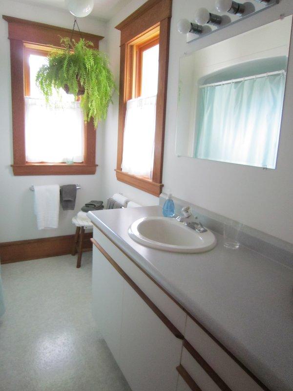 Principal (completo) baño, segundo piso. Ducha con barras de apoyo y banco de ducha disponibles bajo petición.